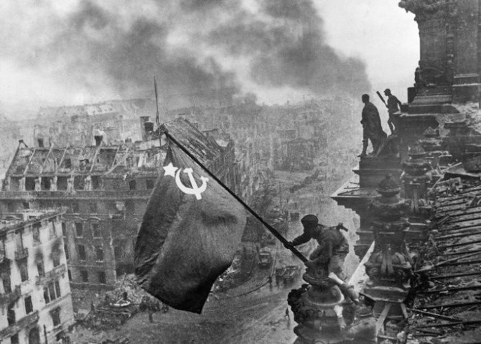 Flaggenhissung 2. Mai 1945, Reichstag Berlin